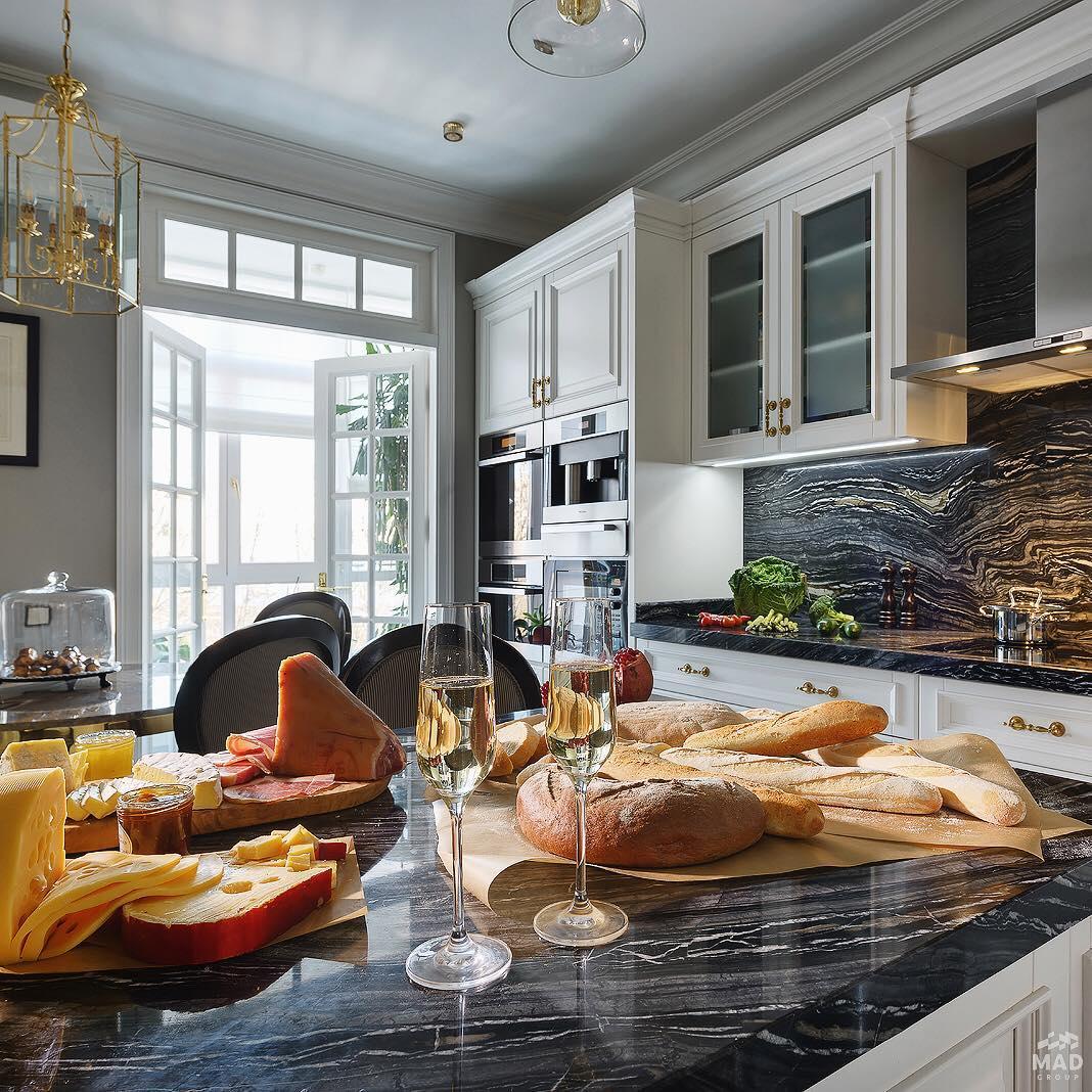 Авторский дизайн интерьера кухни с мрамором от MAD group